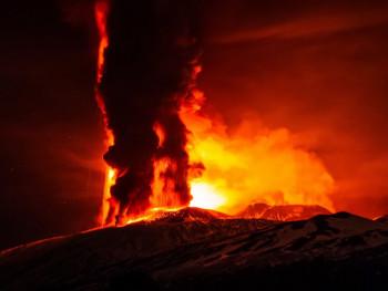 Etna izbacivala lavu više od kilometar u visinu (VIDEO)