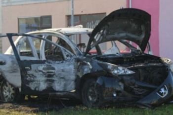 Službeniku OBA izgorio auto