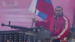 Provokator: Bugarski rvač do ringa u Kaliforniji došao na tenku i sa ruskom zastavom (VIDEO)