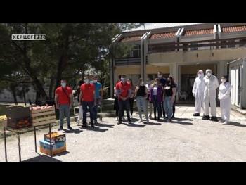 Trebinje: Mladi SNSD-a poklonili voće pacijentima kovida odjeljenja (VIDEO)