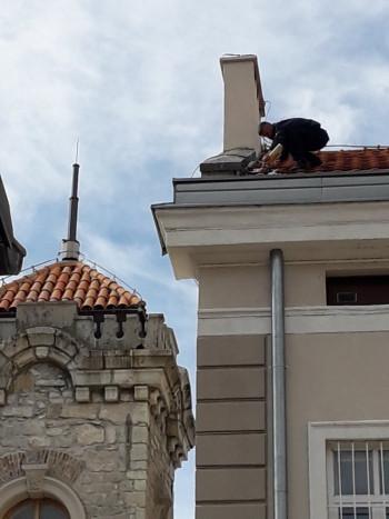 Trebinjski vatrogasac  sanirao cigle na krovu Muzeja Hercegovine koje je vjetar poremetio
