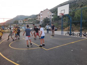 Градоначелник Мирко Ћурић заиграо фудбал са малишанима (ФОТО)