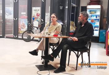 """Pred publikom """"Fusnote uživo"""" - serijal razgovora o savremenoj umjetnosti"""