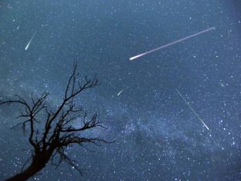 Meteor zelenkastog sjaja uhvaćen okom kamera; Pogledajte video
