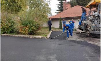 U toku asfaltiranje i rekonstrukcija prilaza javnim ustanovama u Gacku