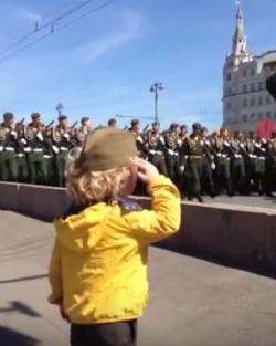 Mali Ilja na Paradi - veliki vojnik! (VIDEO)