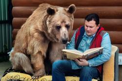 Руска породица усвојила медвједа: Живи с њима у кући већ 22 године (ВИДЕО)