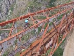 Бициклом преко конструкције над провалијом у Црној Гори (ВИДЕО)