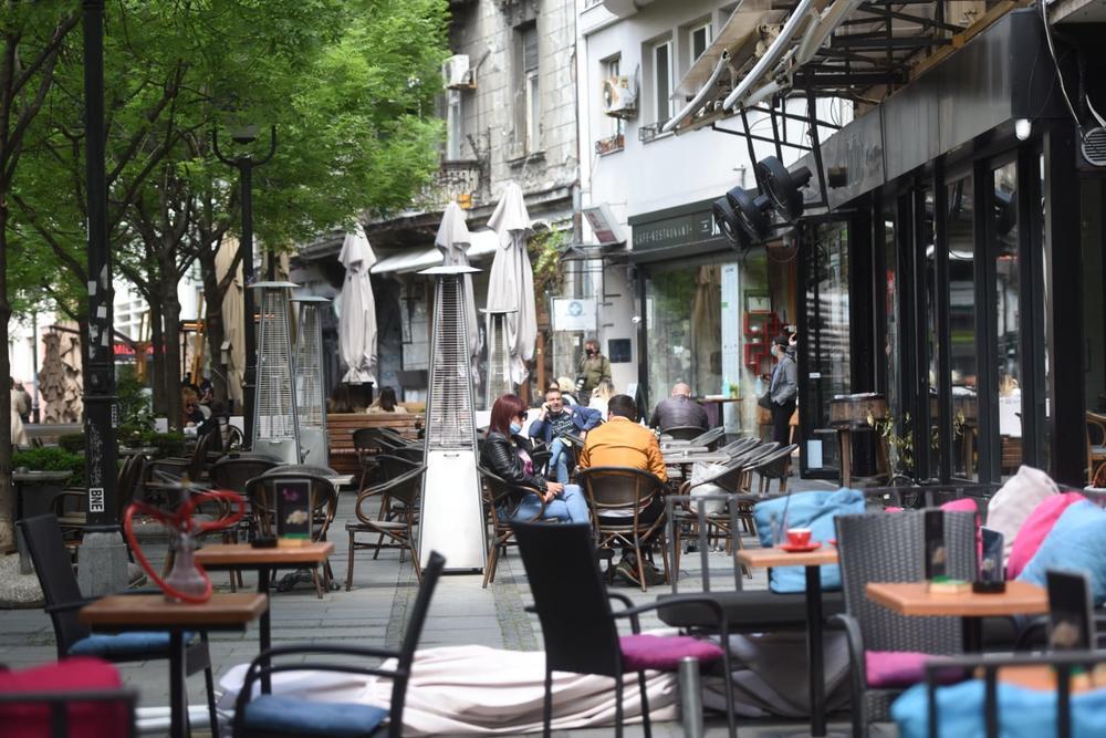 Србија ги отвори летните тераси, трговските центри остануваат затворени